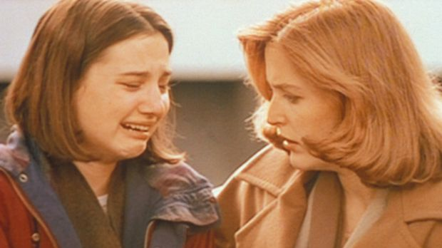 Scully (Gillian Anderson, r.) hört sich entsetzt die Aussage von Shannon (Hea...