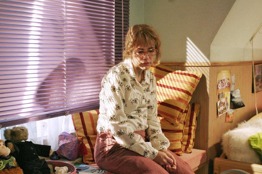 Lisa (Alexandra Neldel) hat ein Paket erhalten, das David noch vor seinem Verschwinden verschickt hat: Darin befindet sich der fertige Super-8-Film... - Bildquelle: Monika Schürle Sat.1