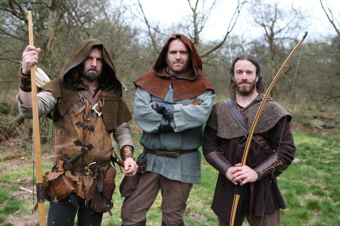 In seinem neuesten Abenteuer geht Josh Gates (M.) im Sherwood Forest auf Spurensuche. Denn dort sollen bekanntlich einst Robin Hood und seine fröhli... - Bildquelle: 2015,The Travel Channel, L.L.C. All Rights Reserved