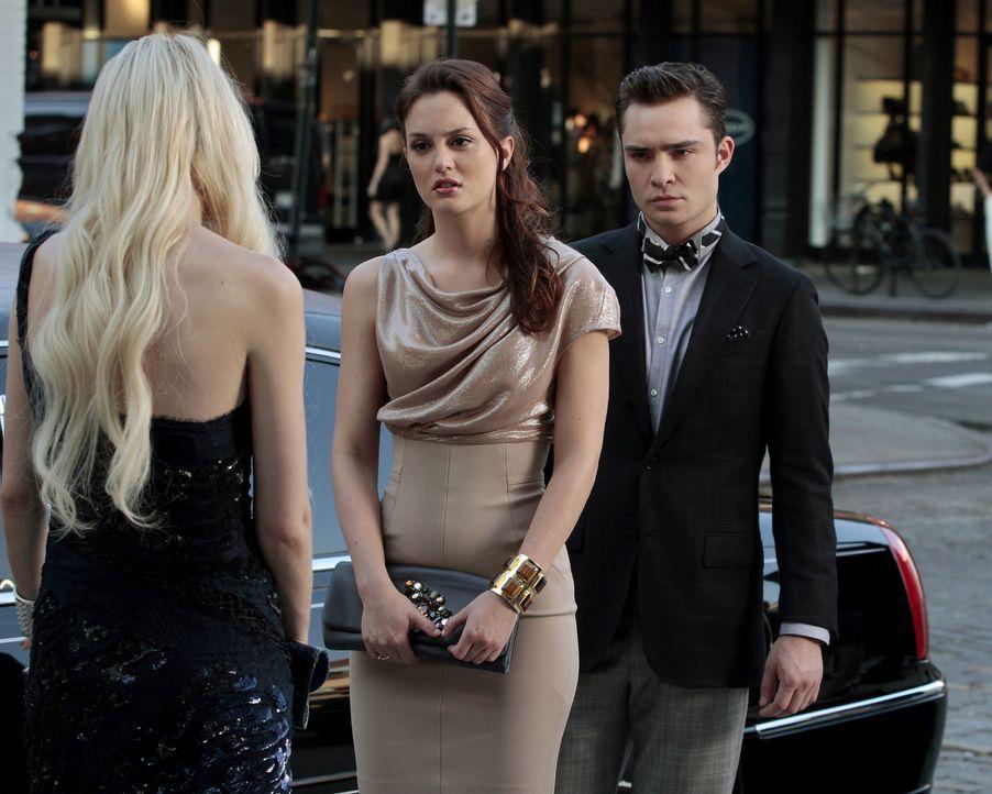 Blair Waldorf (Leighton Meester, M.) ahnt nicht, dass Chuck (Ed Westwick, r.) für das plötzliche Auftauchen von Jenny (Taylor Momsen, l.) verantwort... - Bildquelle: Warner Bros. Television