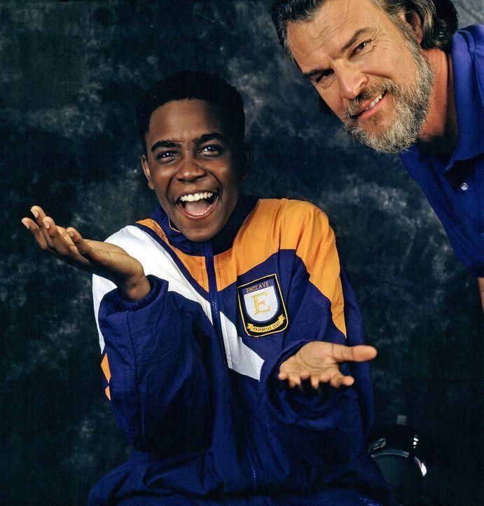 """""""Fast Freddie"""" Egan (Jason Weaver, l.) kann es noch gar nicht glauben, in welch tollem Camp er bei Jimmy (Richard Moll, r.) gelandet ist ... - Bildquelle: Disney"""
