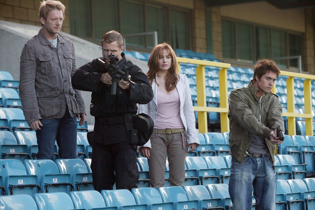 Gehen auf Monsterjagd: Cutter (Douglas Henshall, l.), Capt. Tom Ryan (Mark Wakeling, 2.v.l.), Claudia (Lucy Brown, 2.v.r.) und Stephen (James Murray... - Bildquelle: ITV Plc