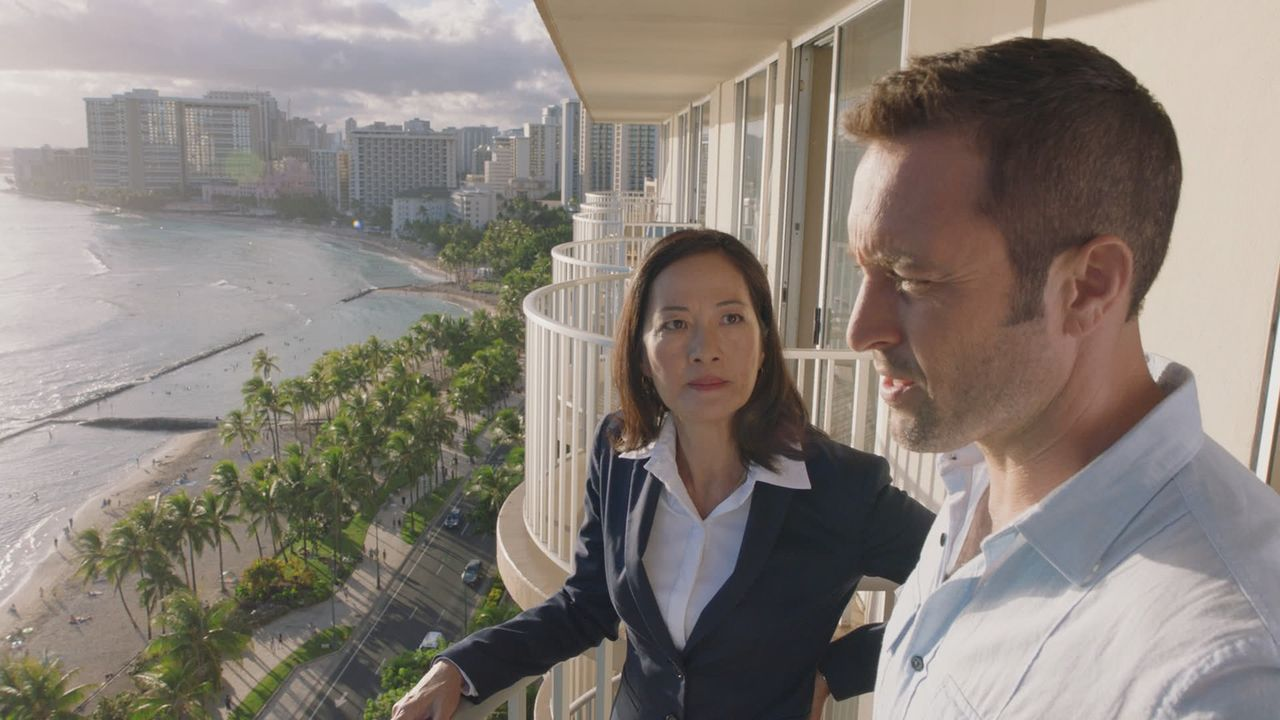 Die neue Gouverneurin von Hawaii Keiko Mahoe (Rosalind Chao, l.) setzt Steve (Alex O'Loughlin, r.) unter Druck, den aktuellen Fall zu lösen, bevor n... - Bildquelle: 2016 CBS Broadcasting, Inc. All Rights Reserved