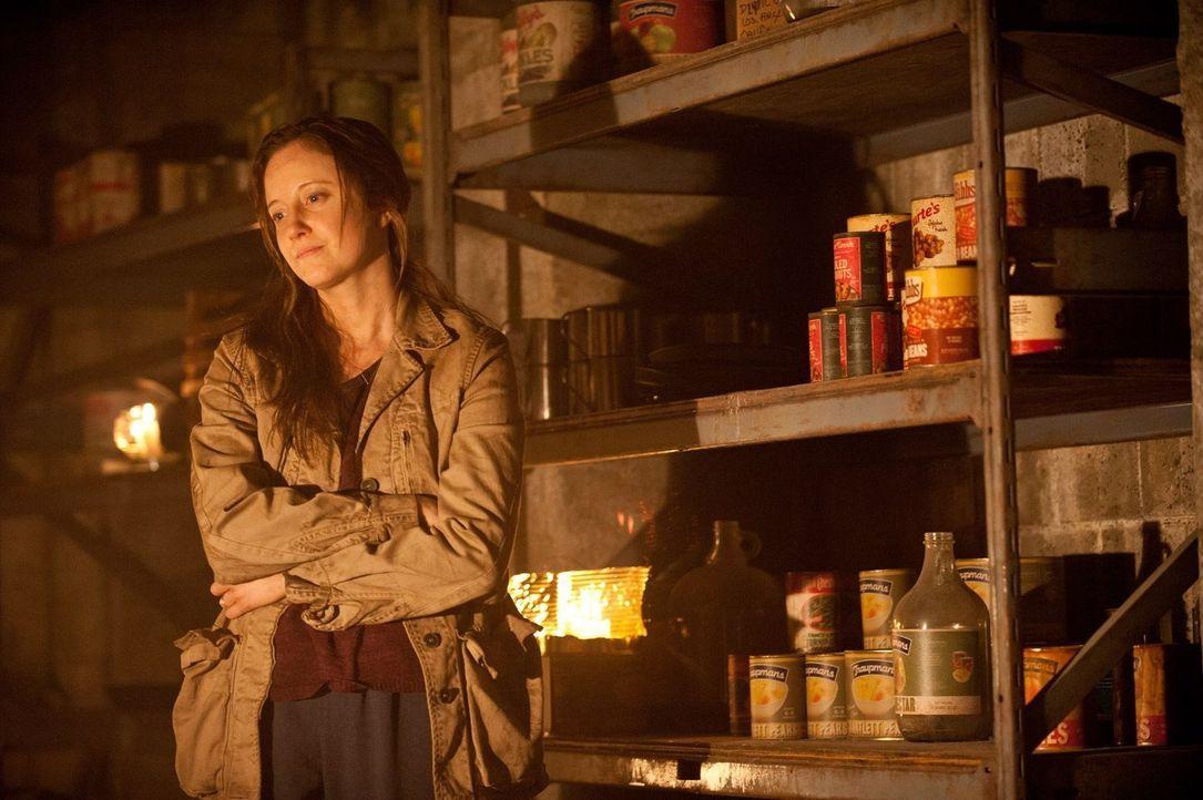In letzter Minute erinnert sich Claire (Andrea Riseborough) an den alten Schutzraum aus der Zeit des Kalten Krieges. Er liegt unter der Grundschule... - Bildquelle: 2015 Warner Bros.