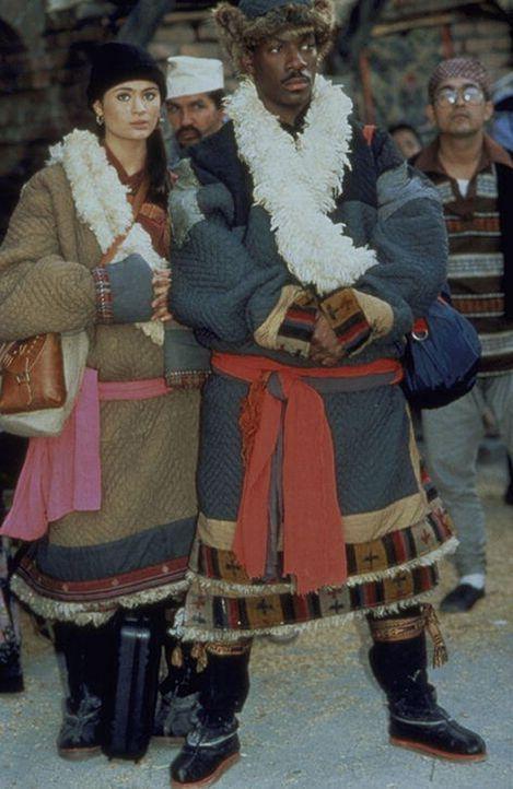 Sozialarbeiter Chandler (Eddie Murphy, r.) lässt sich von der schönen Tibetanerin Kee (Charlotte Lewis, l.) zu einer kniffligen Aufgabe überreden... - Bildquelle: Paramount Pictures