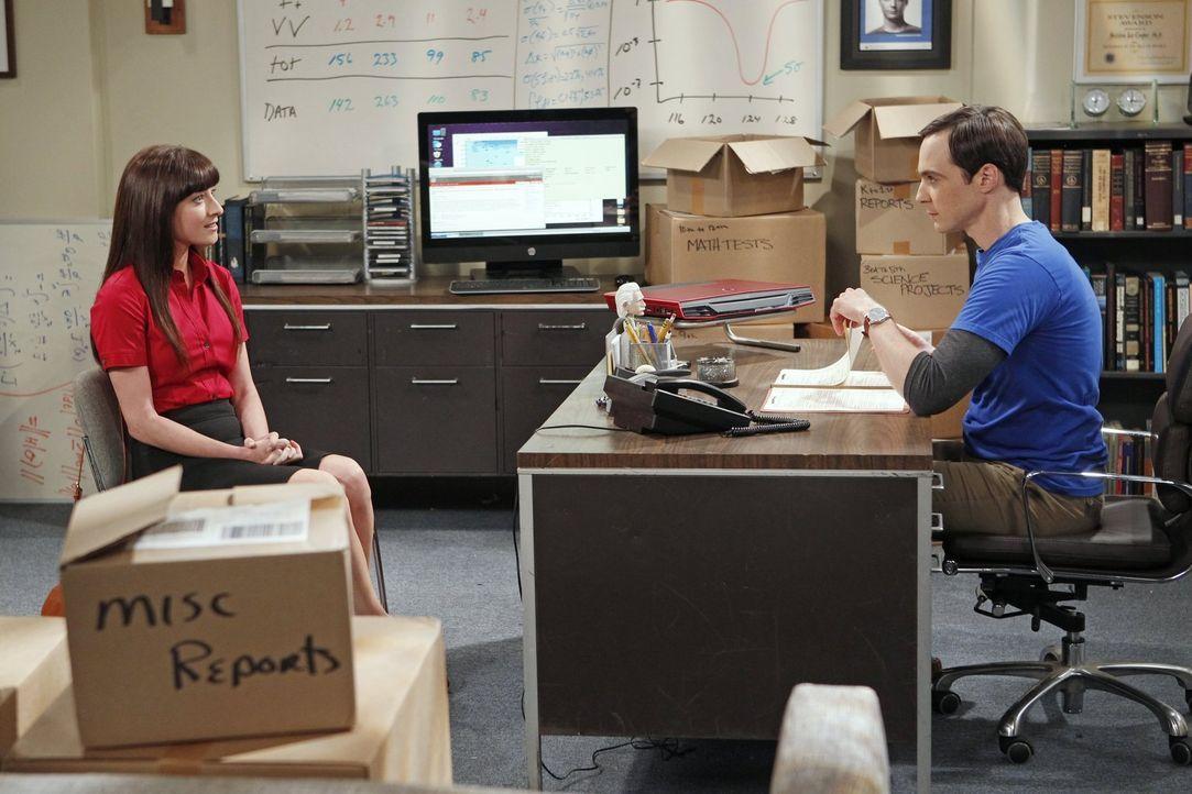 Da Sheldon (Jim Parsons, r.) Probleme hat, seine ganzen alten Arbeiten, die er als Kind geschrieben hat, durchzuschauen, stellt er sich zum Missfall... - Bildquelle: Warner Bros. Television