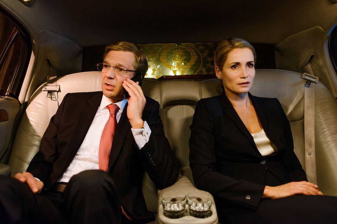 Führt ein verhängnisvolles Telefonat mit Bild-Chefredakteur Kai Diekmann, das für ihn und seine Frau Bettina (Anja Kling, r.) bedeutende Folgen h... - Bildquelle: Stefan Erhard SAT.1