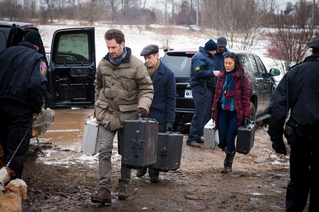 Beverly Katz (Hettienne Park, r.), Jimmy Price (Scott Thompson, 3.v.l.) und Brian Zeller (Aaron Abrams, 2.v.l.) werden zu Wills Haus gerufen, wo sie... - Bildquelle: Brooke Palmer 2013 NBCUniversal Media, LLC