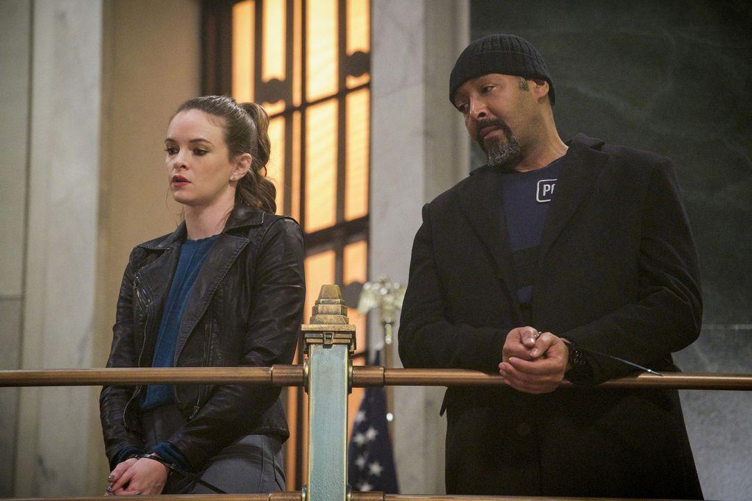 Ausgerechnet als sich Caitlin (Danielle Panabaker, l.) und Joe (Jesse L. Martin, r.) um den Transport eines gefährlichen Metawesens kümmern müssen,... - Bildquelle: 2017 Warner Bros.