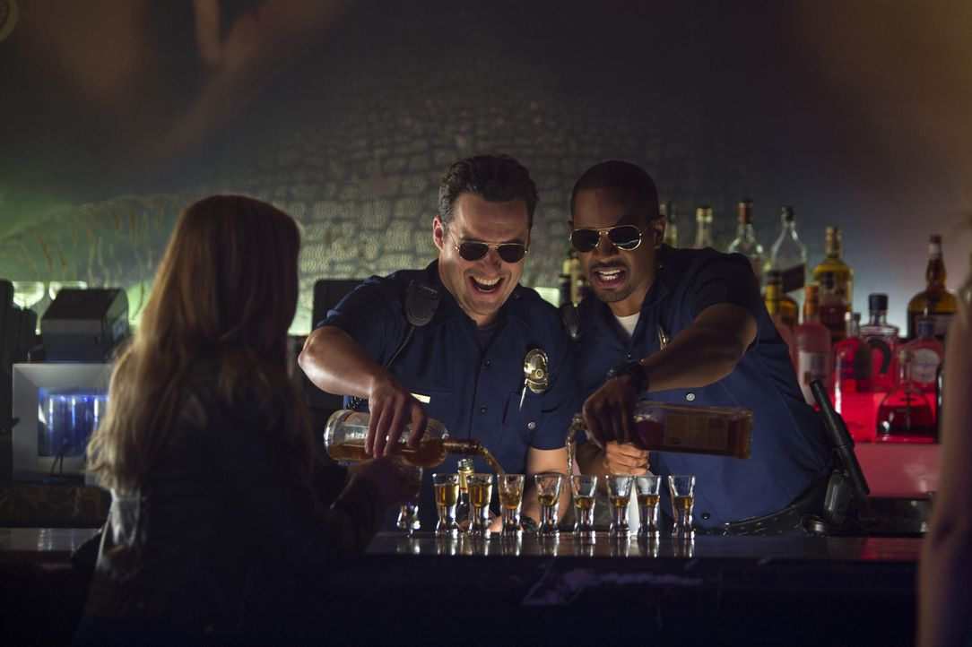 Noch haben die falschen Cops Ryan (Jake Johnson, M.) und Justin (Damon Wayans Jr., r.) viel Spaß auf ihren Patrouillen, doch dann geraten sie ins Vi... - Bildquelle: Frank Masi 2014 Twentieth Century Fox Film Corporation.  All rights reserved.