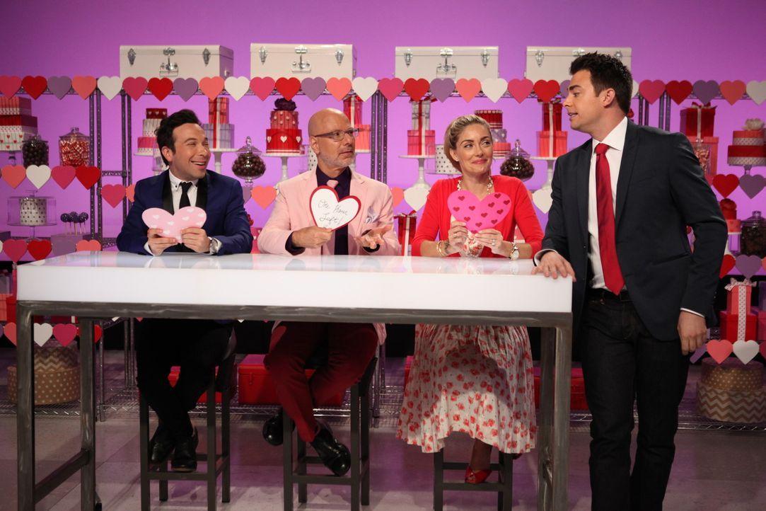 Zum Valentinstag kommt Liebe bei der Cake War Jury Ron Ben-Israel (2.v.l.), Waylynn Lucas (2.v.r.) und dem Moderator Jonathan Bennett (r.) auf. Vers... - Bildquelle: 2016,Television Food Network, G.P. All Rights Reserved