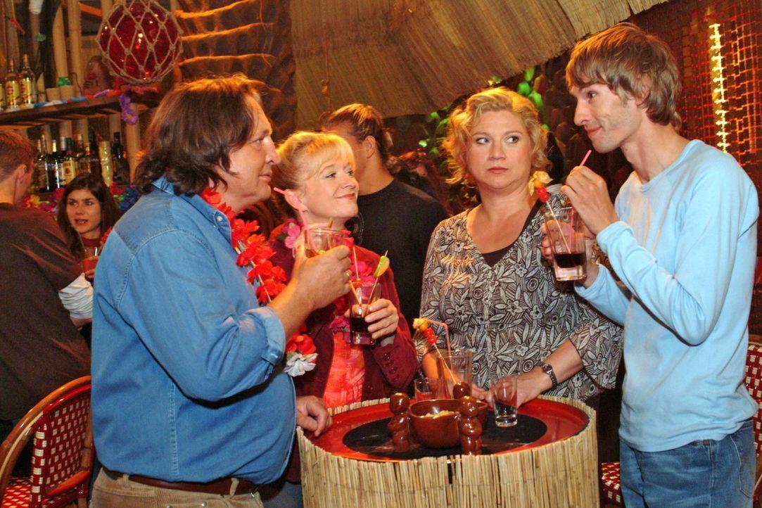 Die Lust am Feiern vergeht Agnes (Susanne Szell, 2.v.r.), als sie mit Helga (Ulrike Mai, 2.v.l.) und Bernd (Volker Herold, l.) in der Tiki-Bar ausge... - Bildquelle: Monika Schürle Sat.1