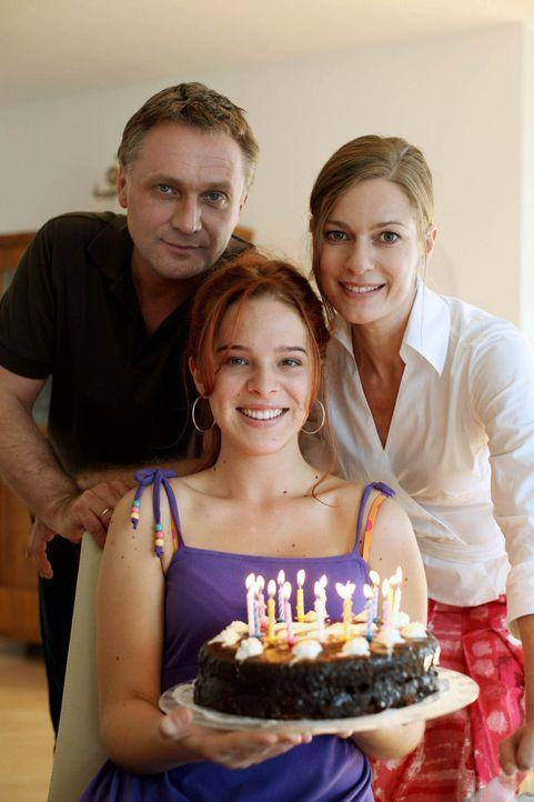 Eigentlich wollten Maria (Lisa Martinek, r.) und Paul Hofer (Bernhard Schir, l.) den 16. Geburtstag ihrer Tochter Nadja (Nikola Rudle, M.) gemeinsam... - Bildquelle: Petro Dominigg SAT.1