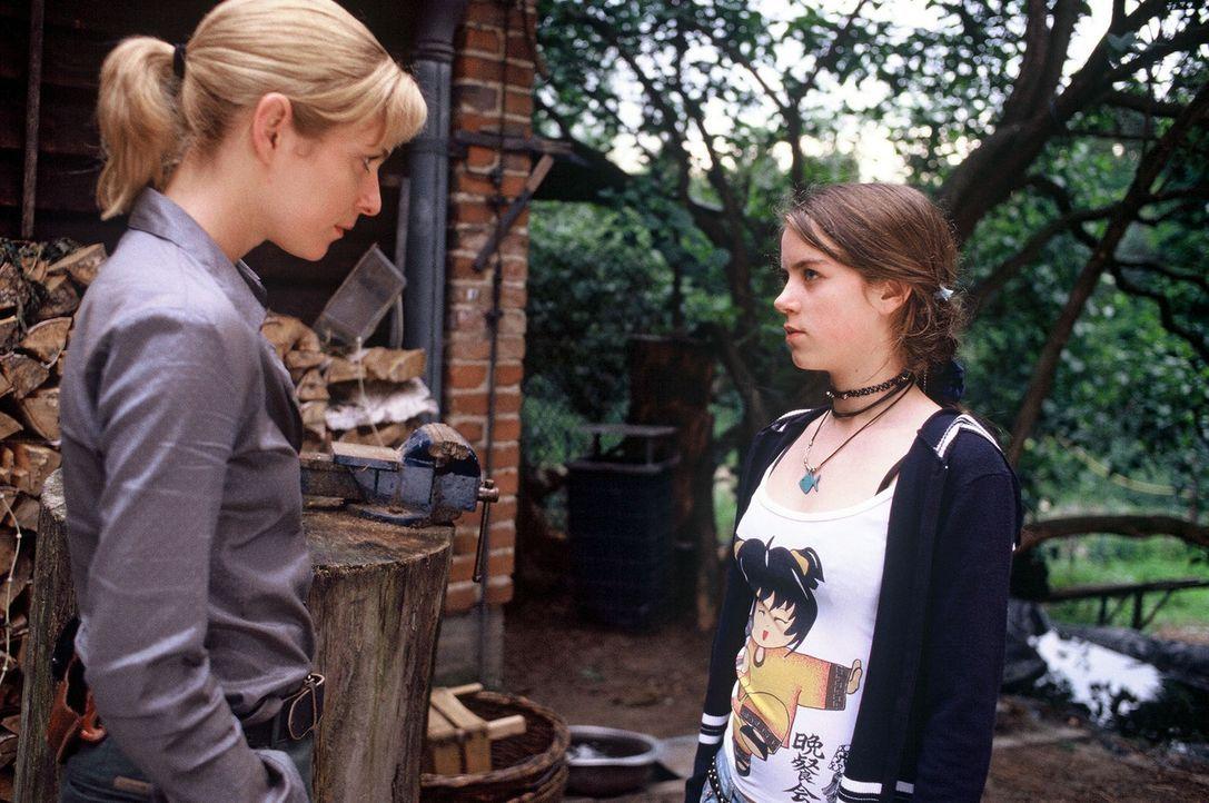 Susanna Beckert (Lisa Martinek, l.) befragt Vera Schäfer (Alice Dwyer, r.) über ihre Schwester ... - Bildquelle: Wolfgang Wehner Sat.1