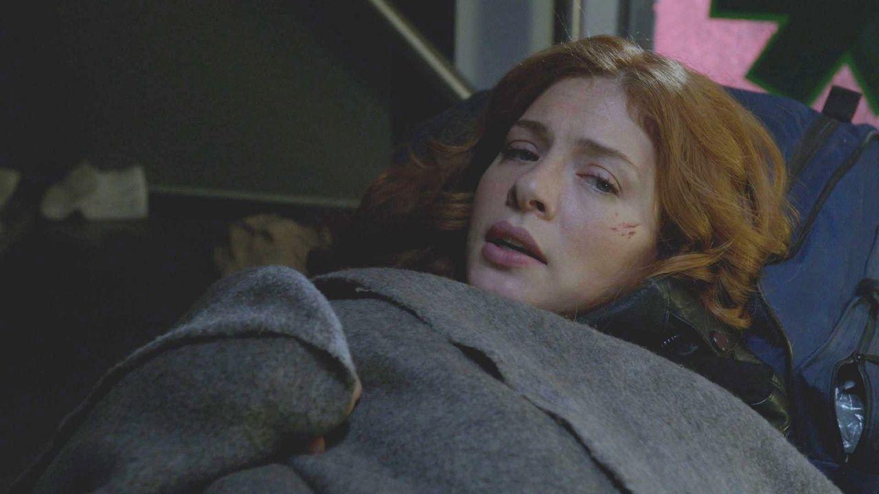 Kann ein gewagtes Manöver Julias (Rachelle LeFevre) Leben retten? - Bildquelle: 2014 CBS Broadcasting Inc. All Rights Reserved.