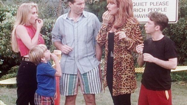 (v.l.n.r.) Kelly (Christina Applegate), Sieben (Shane Sweet), Al (Ed O'Neill)...