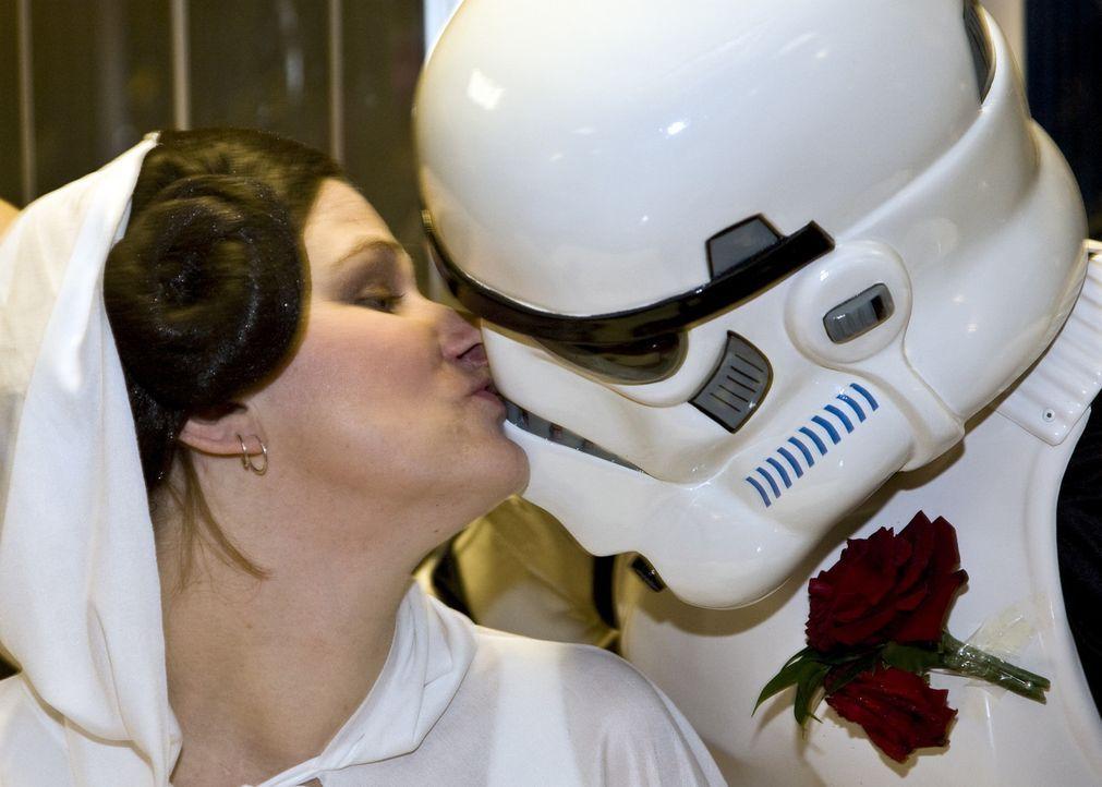 Georgina (l.) und ihr Mann (r.) sind große Star-Wars-Fans und das sieht man auch an ihrer Hochzeitszeremonie ... - Bildquelle: ITV Studios Limited 2010