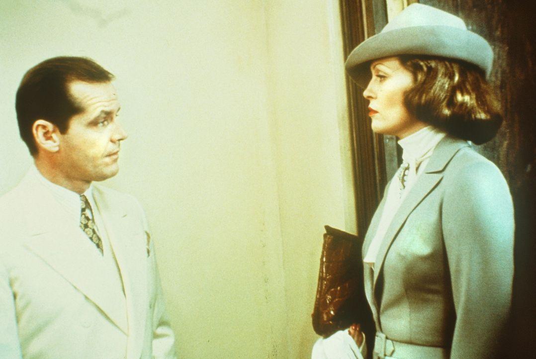 Evelyn Cross Mulwray (Faye Dunaway, r.) beauftragt den Privatdetektiv J.J. Gittes (Jack Nicholson, l.), ihren Mann zu beschatten ... - Bildquelle: Paramount Pictures