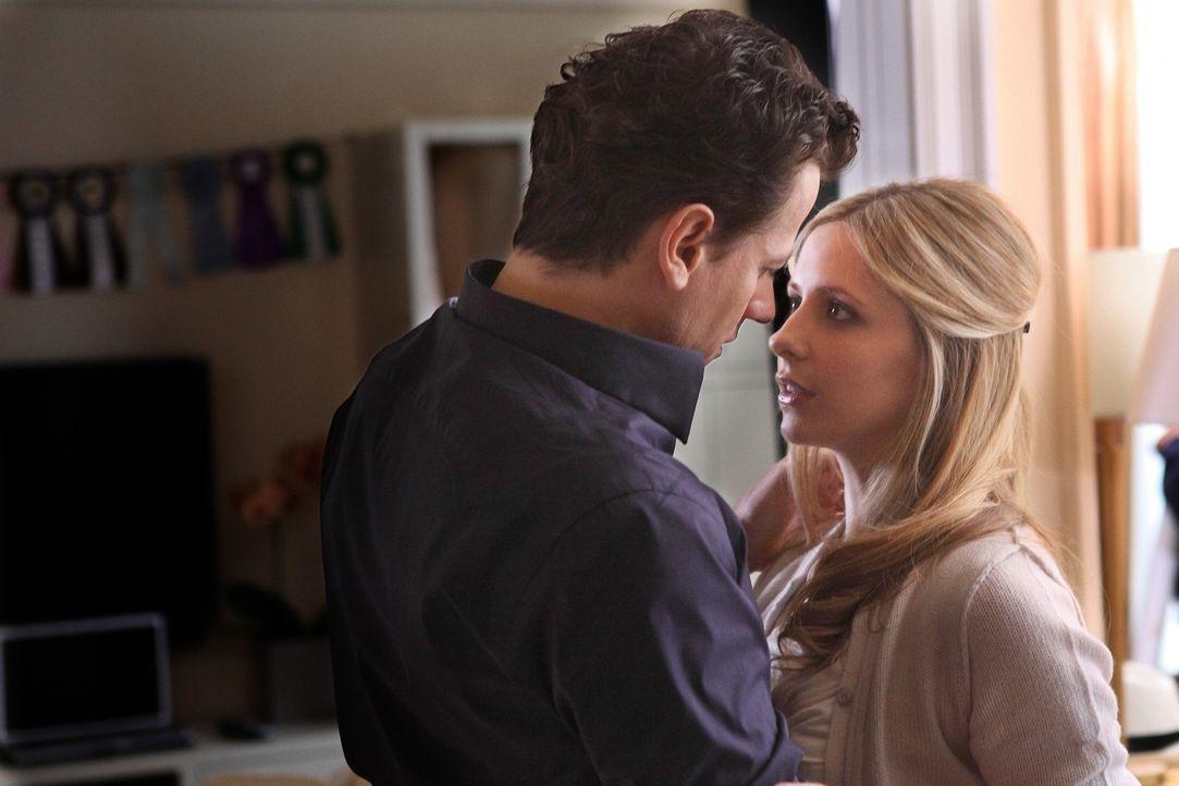Ehe sich Bridget (Sarah Michelle Gellar, r.) versieht lebt sie das Leben ihrer Zwillingsschwester Siobhan und kommt ihrem Mann, dem gutaussehenden A... - Bildquelle: 2011 THE CW NETWORK, LLC. ALL RIGHTS RESERVED