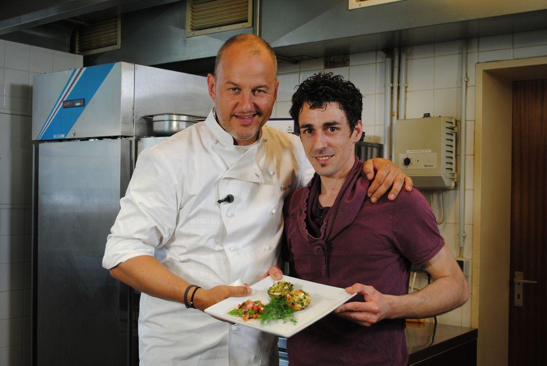 Frank Rosin (l.) und Küchenhilfe Alexios Mokos (r.) ... - Bildquelle: kabel eins