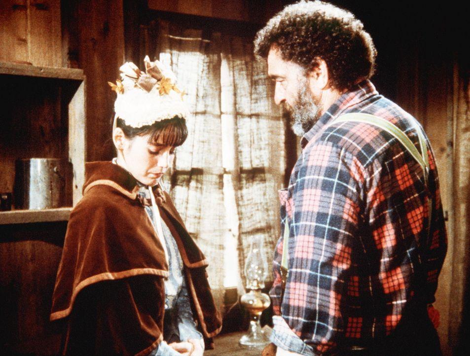 Mr. Edwards (Victor French, r.) sagt Jane (Jill Schoelen, l.), dass er zu alt für sie ist. - Bildquelle: Worldvision