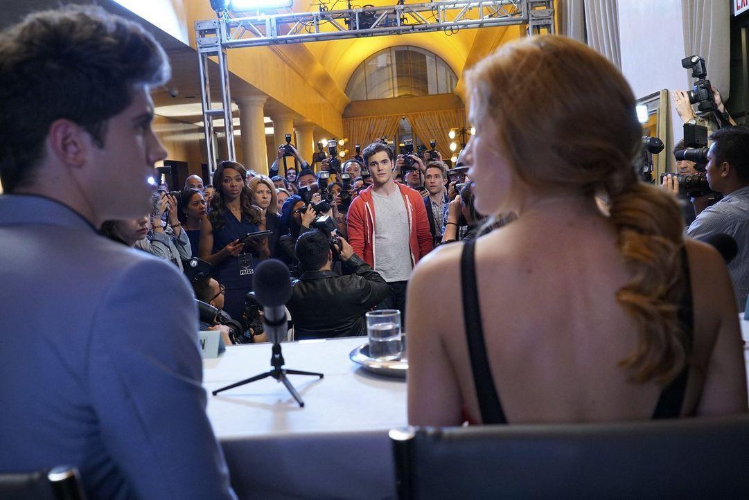 Auf einer Pressekonferenz wird Paige (Bella Thorne, r.) von Journalisten gefragt, ob sie jetzt mit Rainer (Carter Jenkins, l.) oder ihrem Mitbewohne... - Bildquelle: Warner Bros.