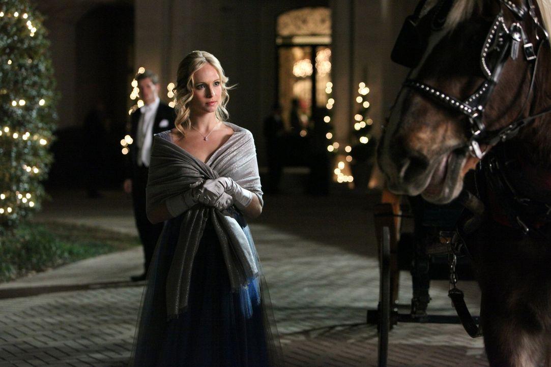 Die Familie Michaelson gibt ihren Einstand in der Stadt und lädt alles, was Rang und Namen hat, zu einem Ball ein. Auch Caroline (Candice Accola) h...