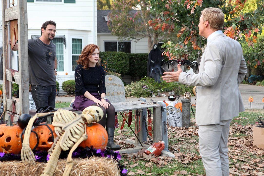 Während sich George (Jeremy Sisto, l.) und Tessa (Jane Levy, M.) auf Halloween freuen und sich richtig austoben wollen, versucht Noah (Alan Tudyk,... - Bildquelle: Warner Bros. Television