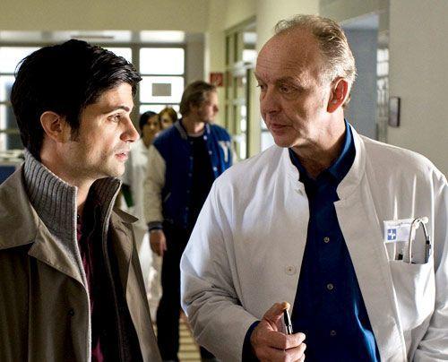 Chefarzt Sommer (Christian Tasche, r.) ist Micks Favorit als Hauptverdächtiger.  - Bildquelle: Martin Rottenkolber - Sat1