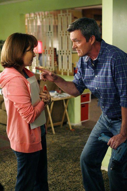 Mit seinem aufmüpfigen Verhalten geht Axl seinen Eltern Frankie (Patricia Heaton, l.) und Mike (Neil Flynn, r.) gehörig auf die Nerven. Die beiden e... - Bildquelle: Warner Brothers