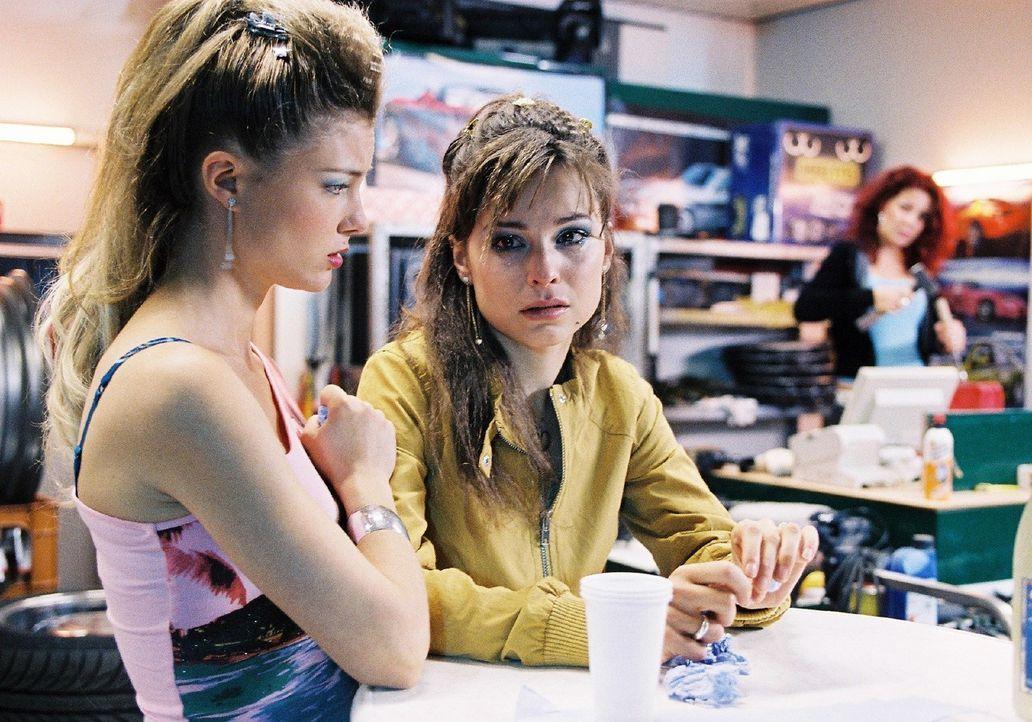 Für Lilly (Mina Tander, r.) ist eine Welt zusammengebrochen. Jessica (Cordelia Wege, l.) versucht sie zu trösten. - Bildquelle: Sat.1