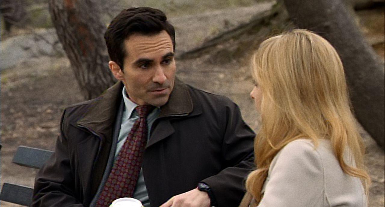 Der FBI-Agent Victor Machado (Nestor Carbonell, l.) will von Siobhan (Sarah Michelle Gellar, r.) etwas über den Verbleib ihrer Zwillingsschwester B... - Bildquelle: 2011 THE CW NETWORK, LLC. ALL RIGHTS RESERVED