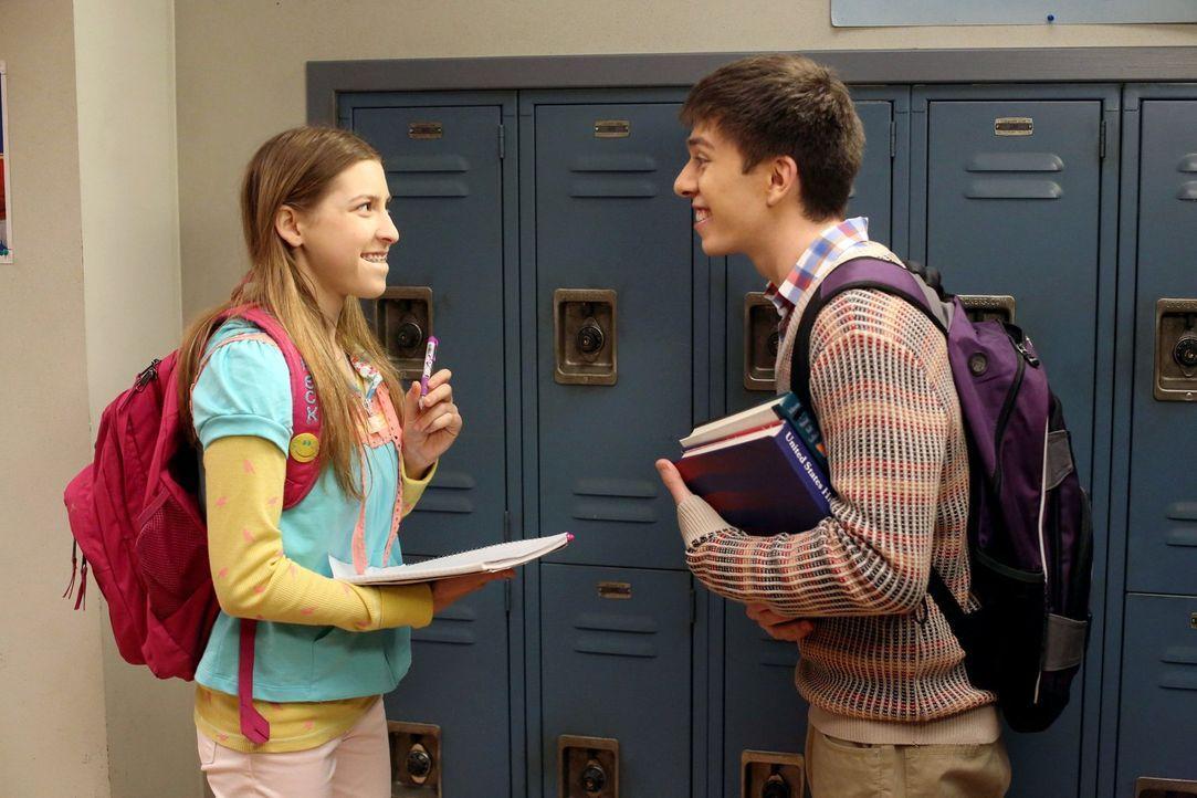 Sue (Eden Sher, l.) erzählt Brad (Brock Ciarlelli, r.) voller Begeisterung von ihrem Schulprojekt. Sie will nämlich beweisen, dass Lächeln anstecken... - Bildquelle: Warner Brothers