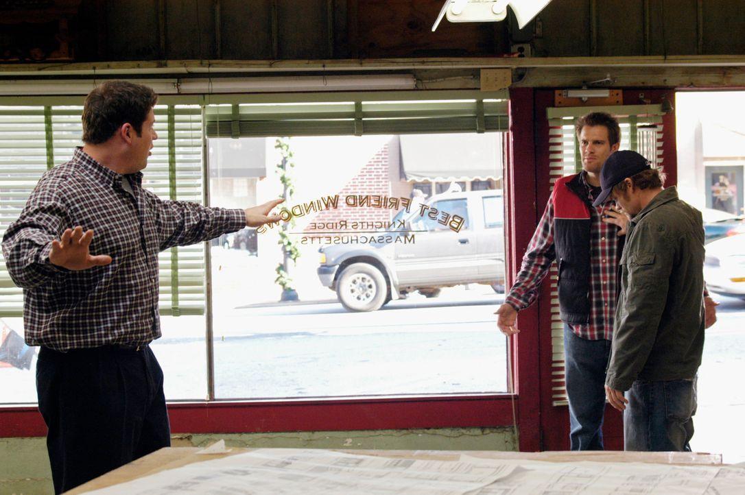 Eddie (Geoff Stults, M.) wird von Owen (Brad William Henke, l.) und Ikey (Evan Jones, r.) überrascht: Sie zeigen ihm ihr zukünftiges Geschäft ... - Bildquelle: 2007 American Broadcasting Companies, Inc. All rights reserved.