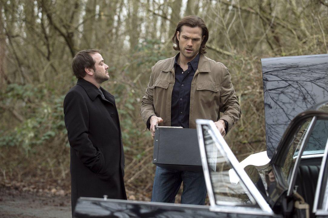 Crowley (Mark Sheppard, l.) zieht Sam (Jared Padalecki, r.) und Dean mal wieder mitten rein in seine Schwierigkeiten und hofft dann auch noch, dass... - Bildquelle: 2013 Warner Brothers