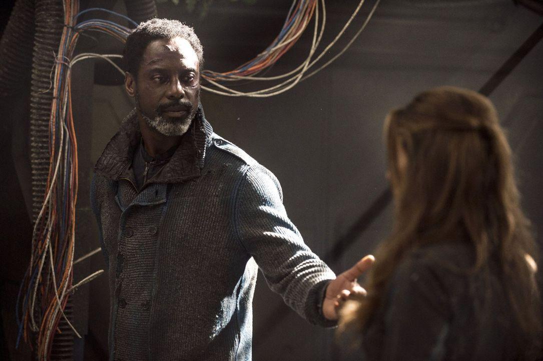 Jaha (Isaiah Washington, l.) hätte nicht damit gerechnet, dass Abi (Paige Turco, r.) ihre Rolle als Anführerin nicht ohne weiteres an ihn zurückgebe... - Bildquelle: 2014 Warner Brothers