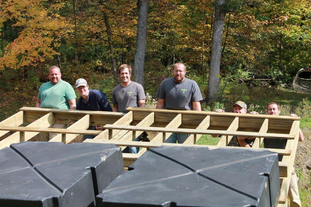Gemeinsam packen die Bauarbeiter um Nate (3.v.r.) tatkräftig an, um das Haus am See von Julie und Chad fertig zu stellen ... - Bildquelle: 2015, DIY Network/Scripps Networks, LLC. All RIghts Reserved.