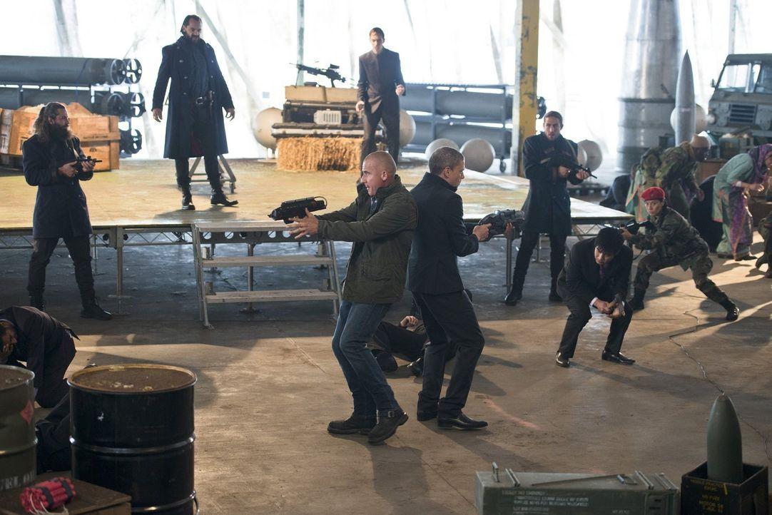 Als Mick alias Heat Wave (Dominic Purcell, vorne l.) und Snart alias Captain Cold (Wentworth Miller, vorne r.) das erste Mal auf Vandal Savage (Casp... - Bildquelle: 2015 Warner Bros.