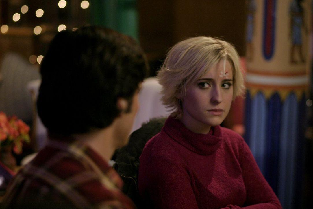 """Nachdem Clark (Tom Welling, l.) und Lana beide mysteriöse Mails von einem gewissen """"Brainwave"""" öffnen, wollen sie ihrer Freundin Chloe (Allison Mack... - Bildquelle: Warner Bros."""