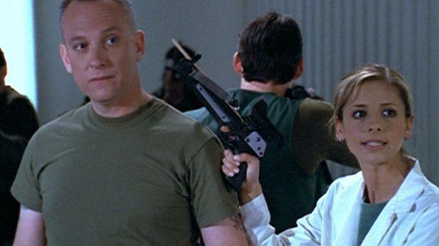 Buffy (Sarah Michelle Gellar, r.) hat Colonel McNamara (Conor O'Farrell) in i...