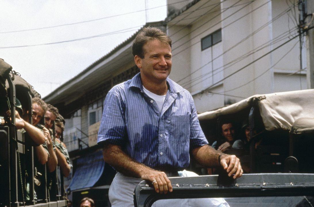 Adrian Cronauer (Robin Williams), der neue Discjockey eines Soldatensenders in Saigon 1965, steigt durch seine freche, unbekümmerte Art rasch zum L... - Bildquelle: Touchstone Pictures