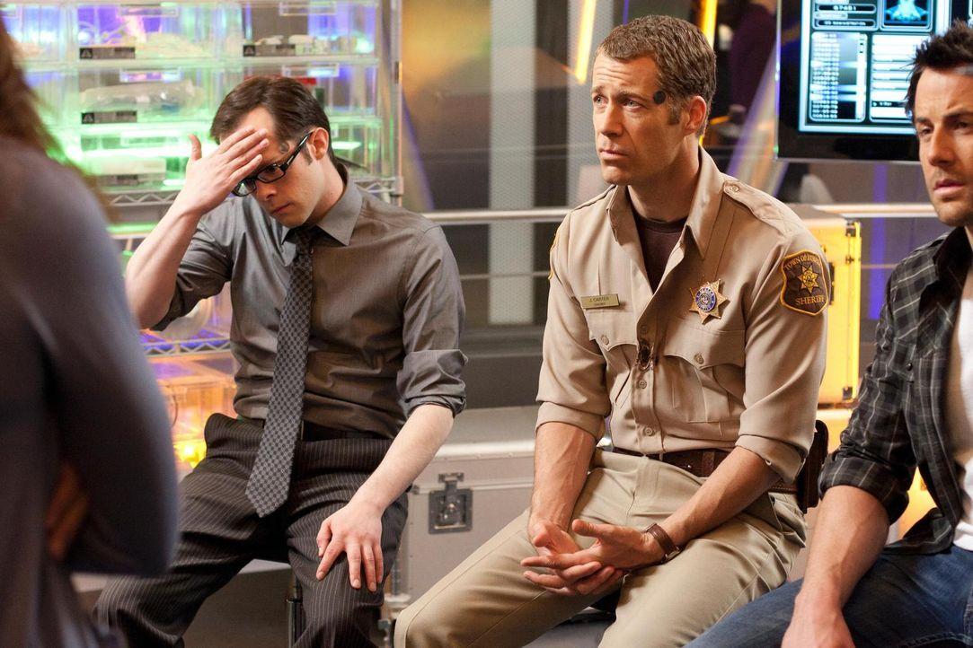 Als auch S.A.R.A.H. von einem Brand befallen wird, sind Fargo (Neil Grayston, l.) und Jack (Colin Ferguson, M.) geschockt - und natürlich ist Zane (... - Bildquelle: Universal Television