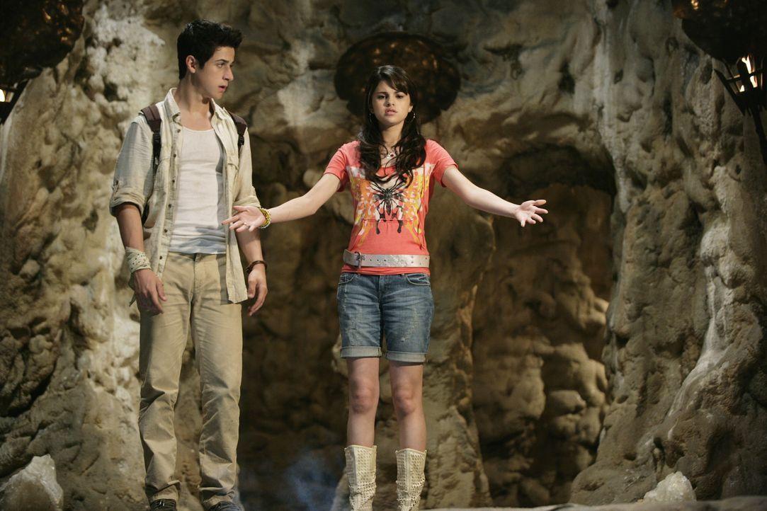 """Kaum begeben sich Alex (Selena Gomez, r.) und Justin (David Henrie, l.) auf die Suche nach dem geheimnisvollen """"Stein der Träume"""", einem Zauberstei... - Bildquelle: 2009 DISNEY ENTERPRISES, INC. All rights reserved. NO ARCHIVING. NO RESALE."""