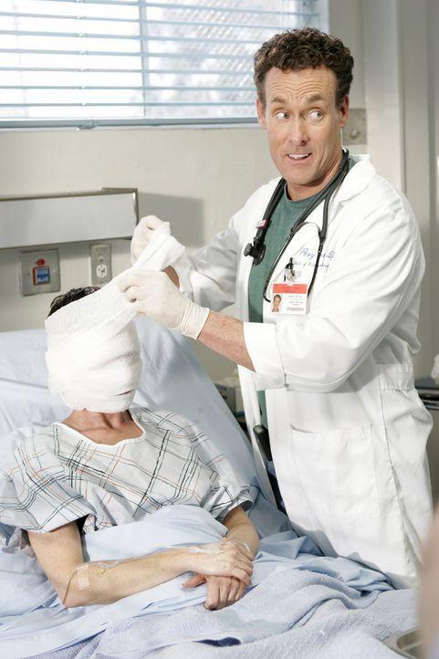 Dr. Phil Cox (John C. McGinley, r.) versucht vergeblich, der immer gutgelaunten Molly die positive Lebenseinstellung zu verderben ... - Bildquelle: Touchstone Television