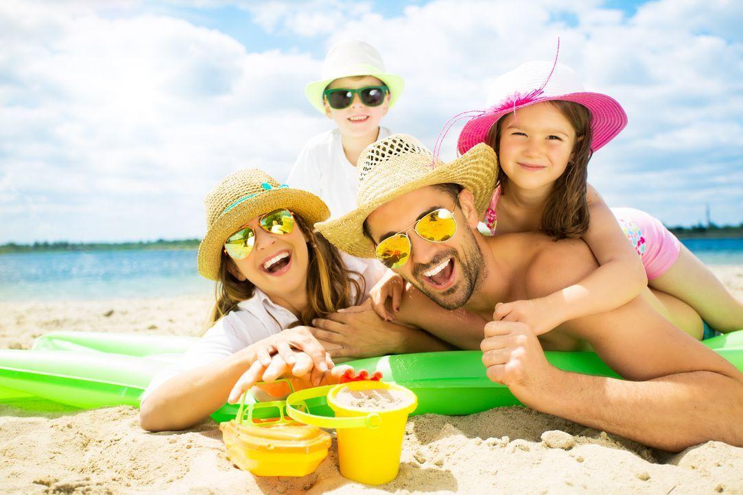 urlaub-familie-strand-fotolia - Bildquelle: drubig-photo - Fotolia