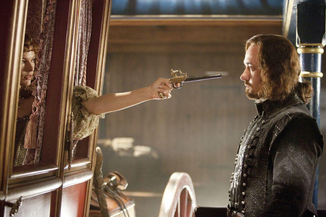 Immer wieder gelingt es M'lady de Winter (Milla Jovovich, l.), Athos (Matthew MacFadyen, r.) zu übertölpeln, doch nicht mehr lange ... - Bildquelle: 2011 Constantin Film Verleih GmbH.
