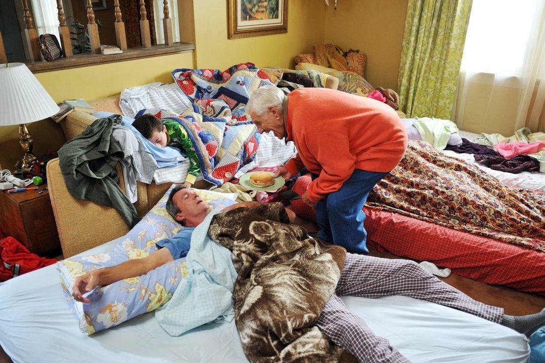 Die Thanksgiving-Feier bei Frankies Eltern Pat und Tag (Jerry Van Dyke, r.) verläuft nicht so wie erhofft, als Frankie sich mit ihrer Schwester Jane... - Bildquelle: Warner Brothers