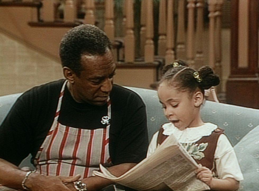 Olivia (Raven Symone, r.) zeigt Cliff (Bill Cosby, l.), wie er aussieht, wenn er Zeitung liest. - Bildquelle: Viacom