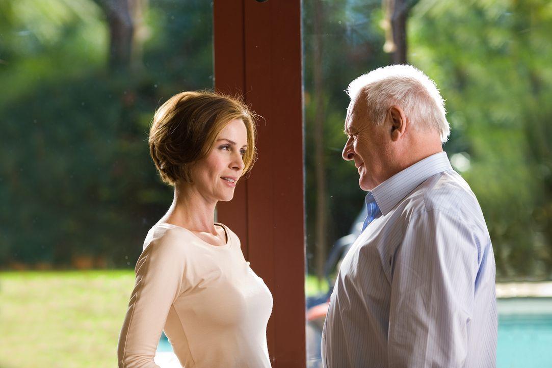 Der alternde Ted Crawford (Anthony Hopkins, r.), ein Ingenieur und Wissenschaftler, ist mit einer deutlich jüngeren Frau, der schönen Jennifer (Em... - Bildquelle: Warner Brothers