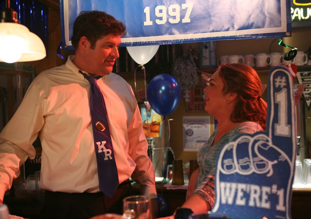 Amüsieren sich: Owen (Brad William Henke, l.) und Janet (Rebecca Field, r.) ... - Bildquelle: ABC Studios